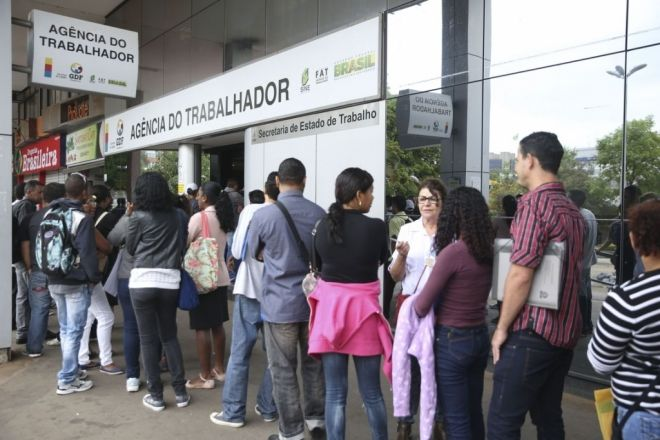 Taxa de desemprego do país recua para 12% no trimestre